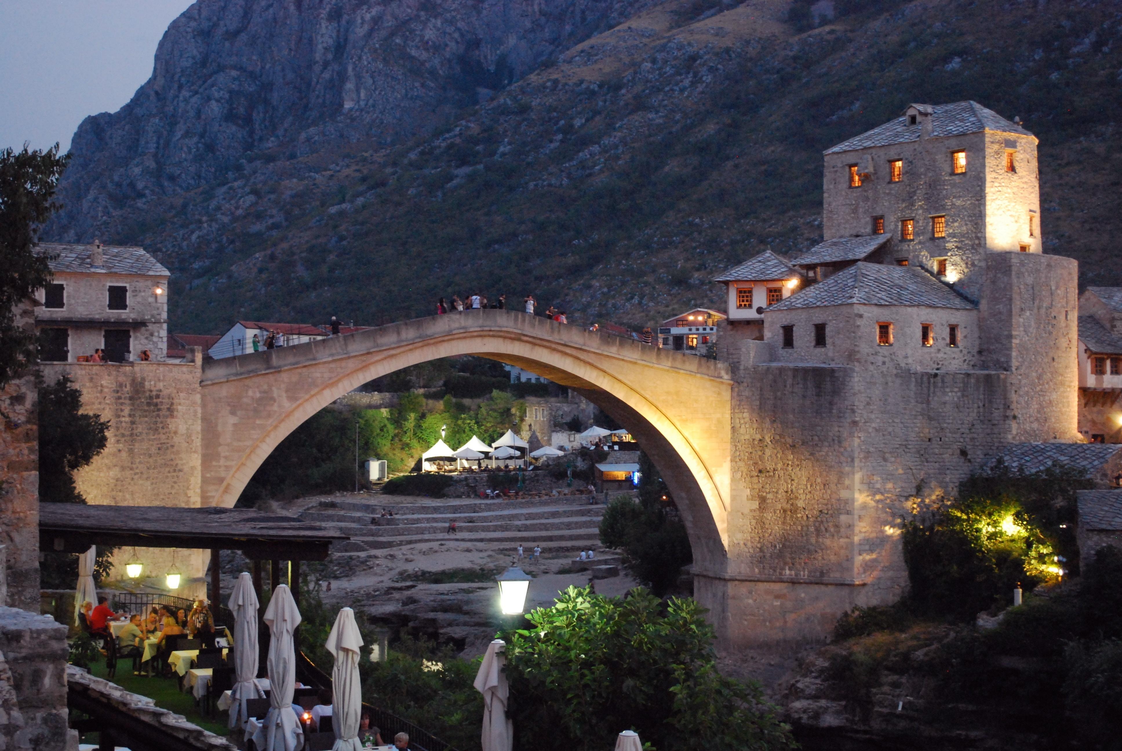 Il ponte di Mostar, progettato dall'architetto Hajrudin  e costruito nel 1566 per ordine del sultano Solimano il Magnifico