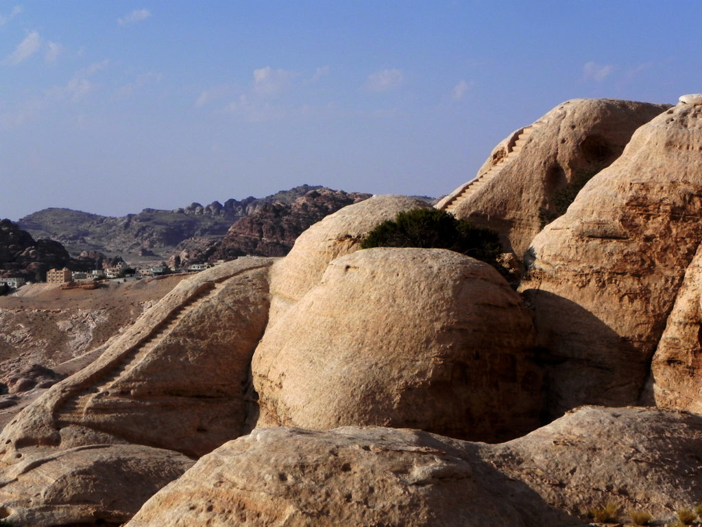 Al-Wu'ayra (Petra, Giordania). Uno dei percorsi di scale che salgono alle piattaforme cultuali di sommità (foto A. Vanni Desideri, ottobre 1999)