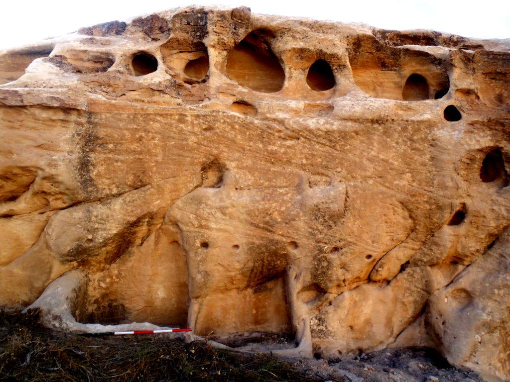 Al-Wu'ayra (Petra, Giordania). Una delle tombe della necropoli-santuario nabatea con semplice facciata, due pilastri con nicchie per gli idoli e tre loculi (foto A. Vanni Desideri novembre 2013)