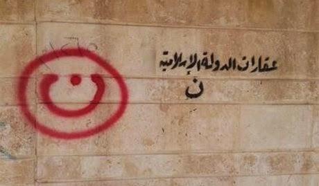 Casa di cristiani segnata da attivisti dell'ISIS a Mosul La scritta in rosso è la Nūn, prima lettera della parola Nazareno in arabo.