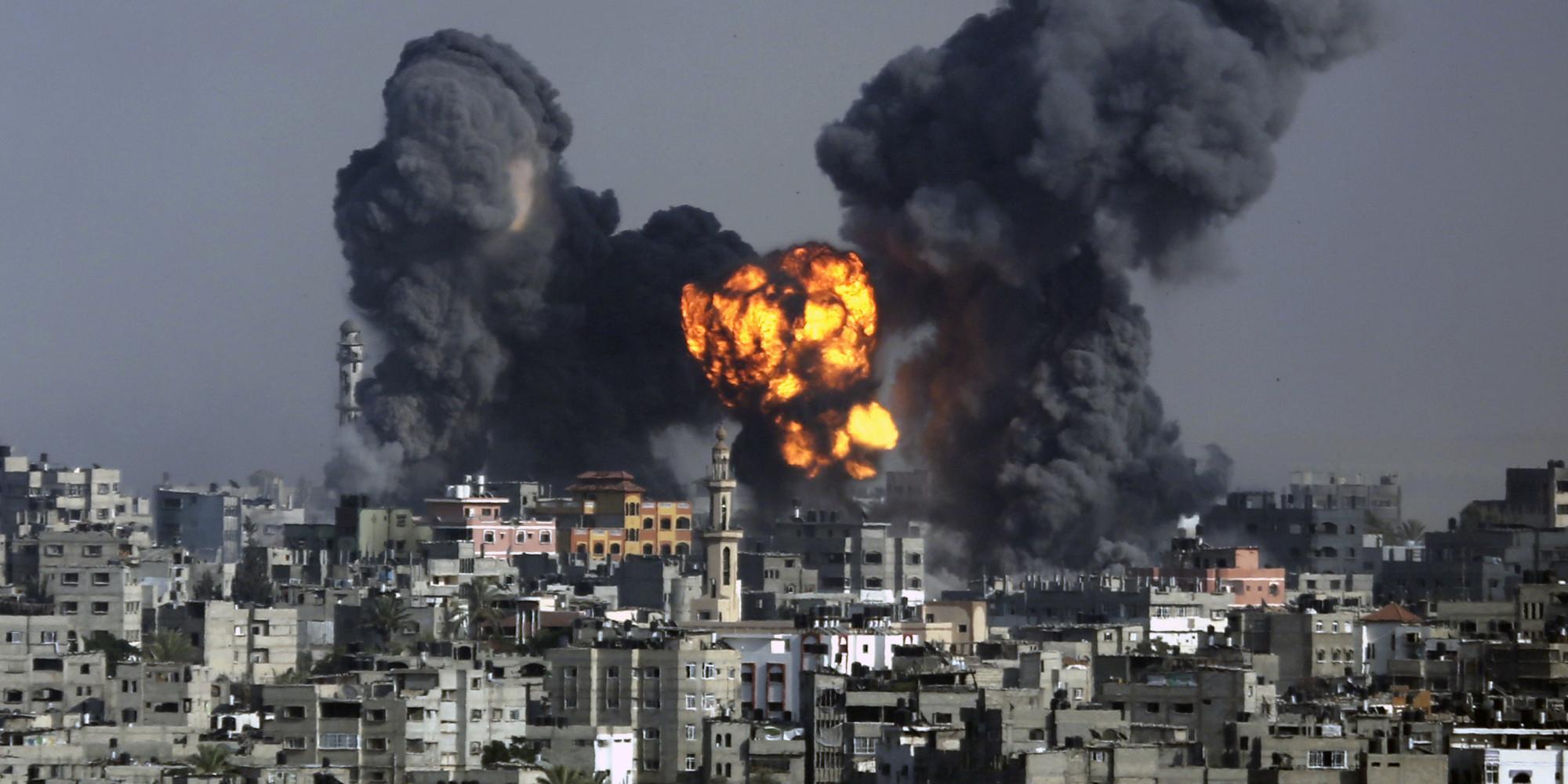 Fumo e fuoco si solleva dall'esplosione durante un attacco israeliano su Gaza City, martedì 22 luglio 2014 (AP Photo / Hatem Moussa)